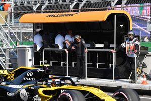 Fernando Alonso, McLaren on the pit wall gantry in FP1