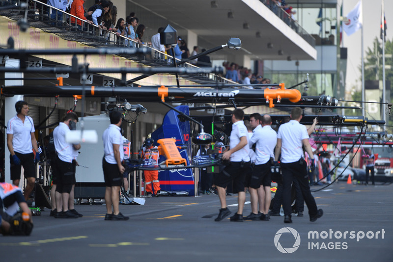 McLaren mechanics with McLaren MCL33 front wing