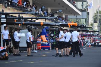 Механики McLaren с передним антикрылом MCL33