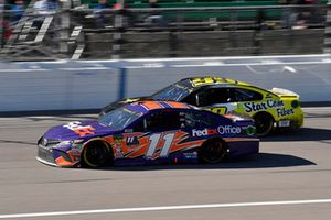 Denny Hamlin, Joe Gibbs Racing, Toyota Camry FedEx Office e Kyle Weatherman, StarCom Racing, Chevrolet Camaro StarCom Fiber