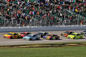 Joey Logano, Team Penske, Ford Fusion Shell Pennzoil, Kevin Harvick, Stewart-Haas Racing, Ford Fusion Busch Light, e Kyle Busch, Joe Gibbs Racing, Toyota Camry M&M's Halloween