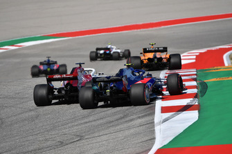 Pierre Gasly, Toro Rosso STR13 and Marcus Ericsson, Sauber C37 battle
