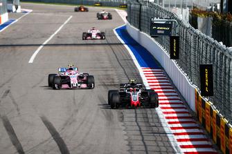 Kevin Magnussen, Haas F1 Team VF-18, voor Esteban Ocon, Racing Point Force India VJM11, en Sergio Perez, Racing Point Force India VJM11