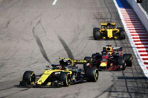 Carlos Sainz Jr., Renault Sport F1 Team R.S. 18, leads Daniel Ricciardo, Red Bull Racing RB14, and Nico Hulkenberg, Renault Sport F1 Team R.S. 18