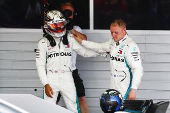 Valtteri Bottas, Mercedes AMG F1, en Lewis Hamilton, Mercedes AMG F1 op het podium