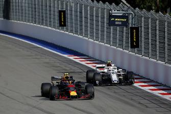 Max Verstappen, Red Bull Racing RB14 ve Charles Leclerc, Sauber C37