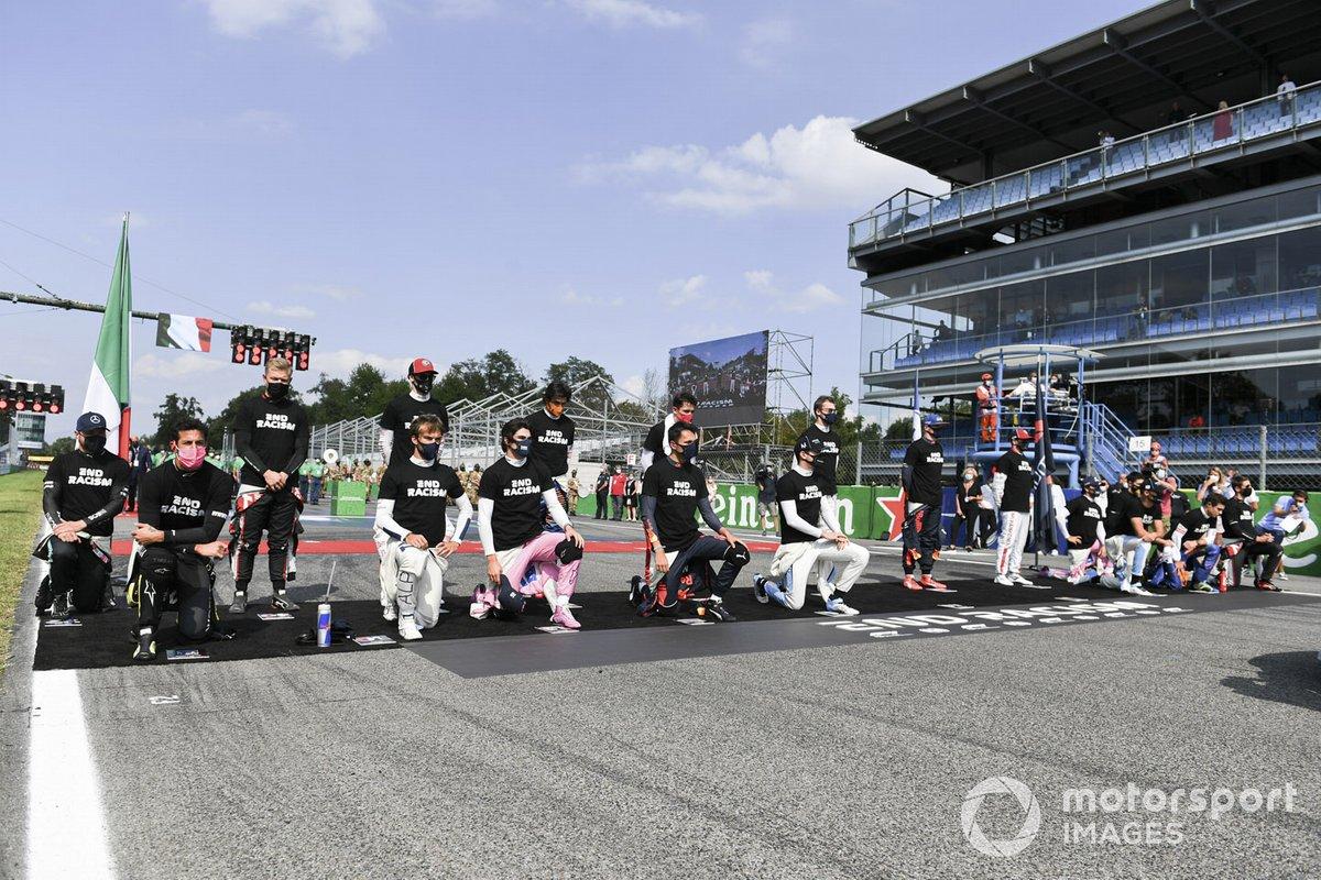 Los pilotos se arrodillan y se ponen de pie en apoyo de la campaña para el fin del racismo