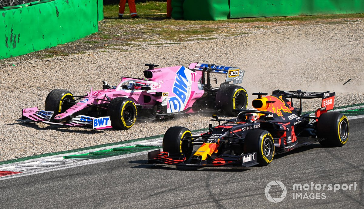 Sergio Pérez, Racing Point RP20, en la grava Max Verstappen, Red Bull Racing RB16