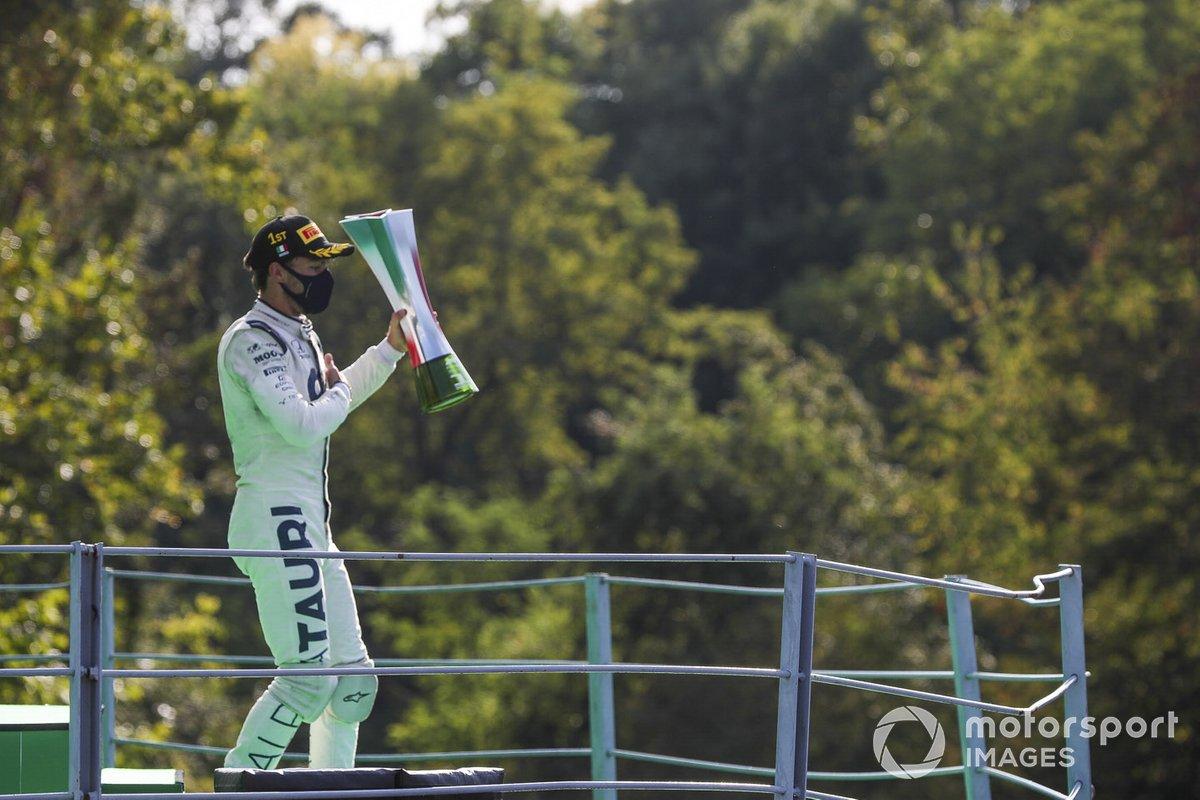 Il vincitore della gara Pierre Gasly, AlphaTauri festeggia sul podio