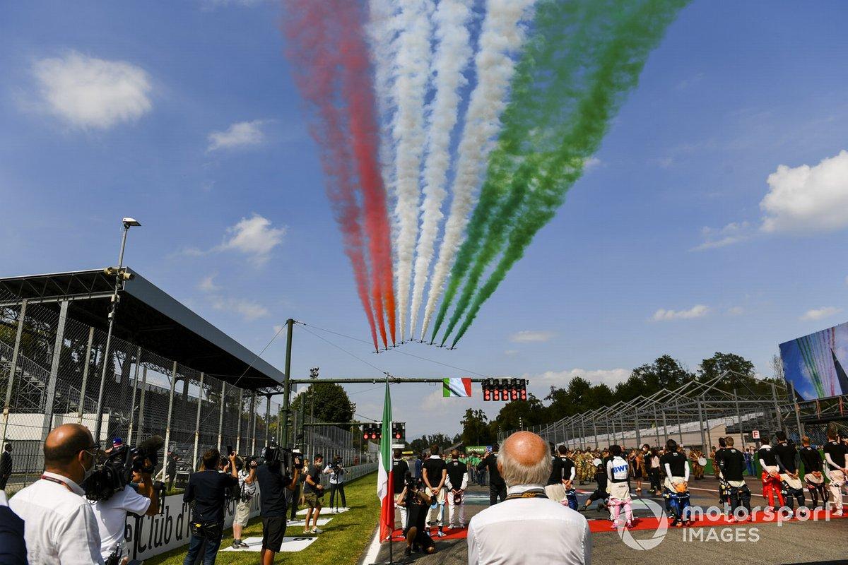Le Frecce Tricolori sorvolano la griglia prima della partenza con i loro jet trainers Aermacchi MB339A