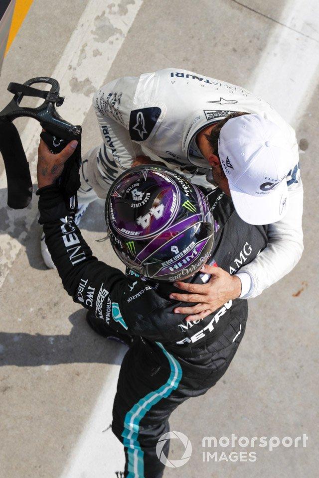 Lewis Hamilton, Mercedes-AMG F1 felicita al ganador Pierre Gasly, AlphaTauri