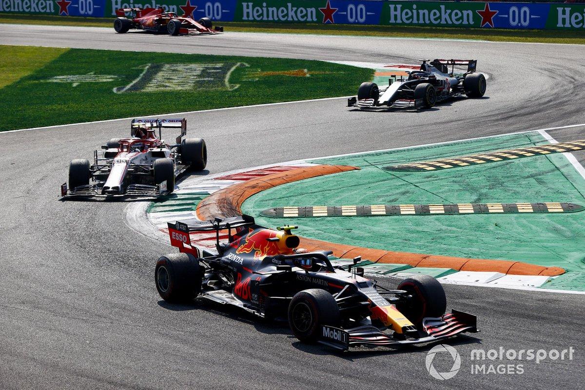 Alex Albon, Red Bull Racing RB16, Antonio Giovinazzi, Alfa Romeo Racing C39, e Romain Grosjean, Haas VF-20