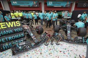Il team Mercedes festeggia dopo essersi assicurato il record di 7 titoli mondiali Costruttori