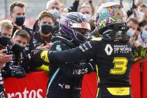 Lewis Hamilton, Mercedes-AMG F1, festeggia la vittoria al parc ferme con Daniel Ricciardo, Renault F1