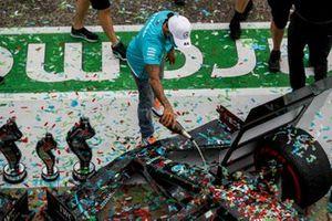 Lewis Hamilton, Mercedes-AMG F1, 1 ° posto, versa champagne sul muso della sua auto