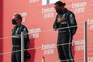 Valtteri Bottas, Mercedes-AMG F1, 2a posizione, e Lewis Hamilton, Mercedes-AMG F1, 1a posizione, sul podio