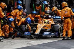 Lando Norris, McLaren MCL35, pit stop