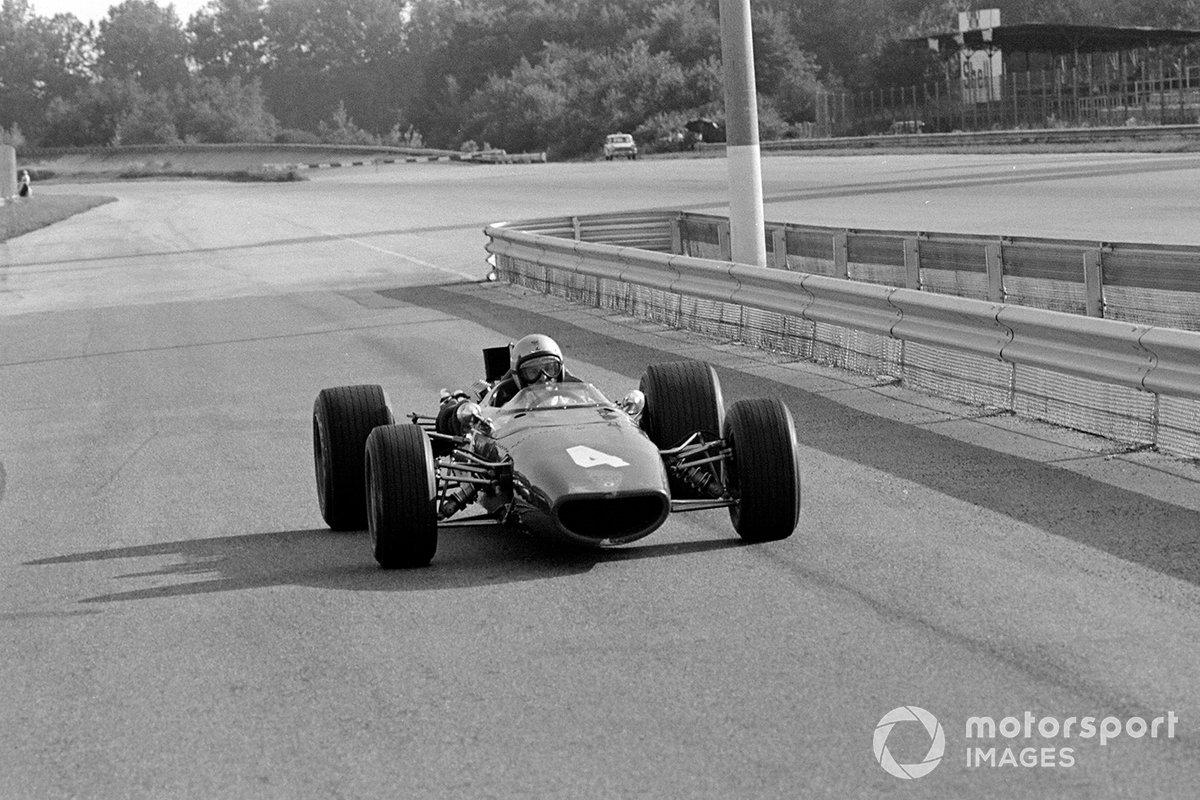 Третье время показал другой «играющий босс» Брюс Макларен. У его молодой команды пока была всего одна машина, оснащенная мотором BRM V12