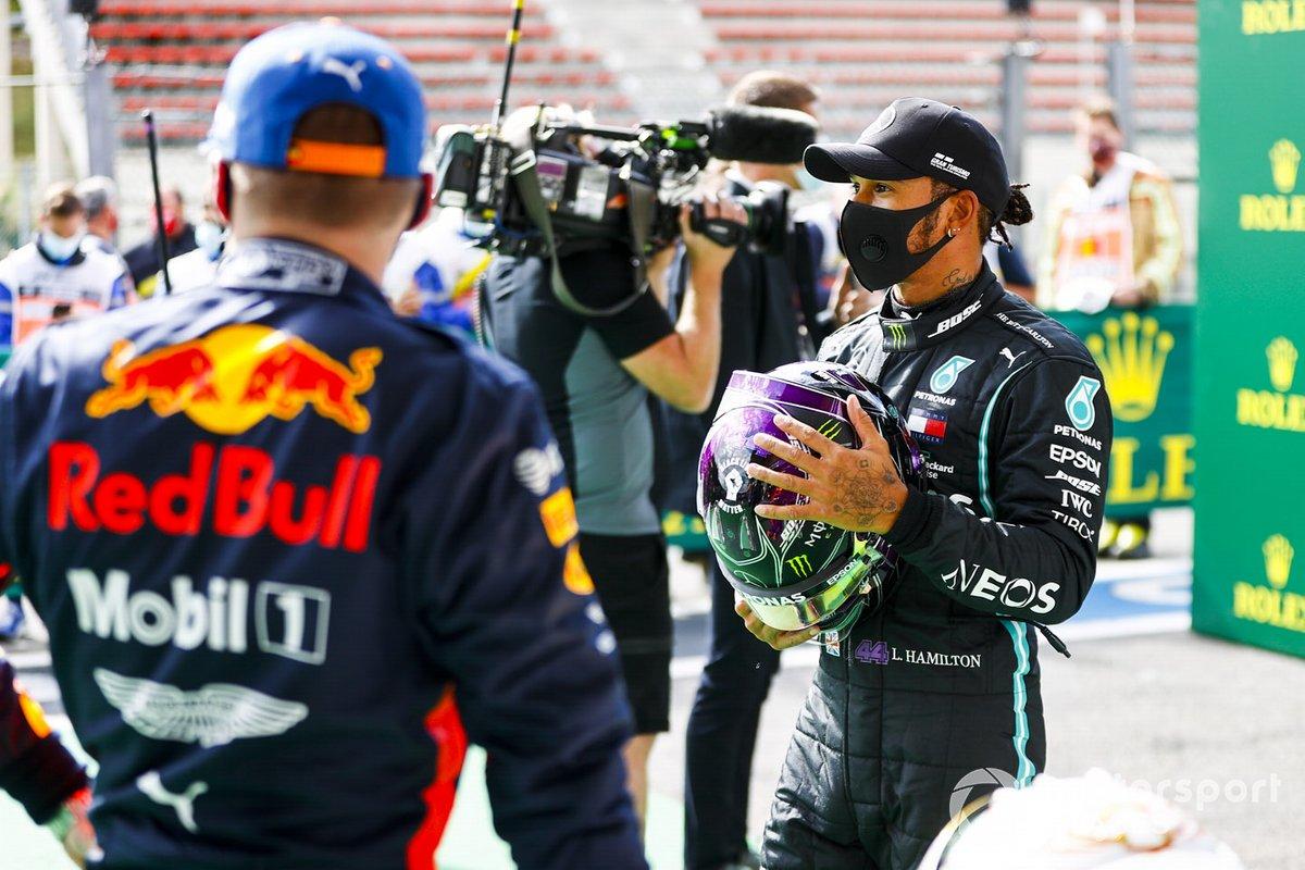 Ganador de la pole Lewis Hamilton, Mercedes-AMG F1 y el tercer puesto Max Verstappen, Red Bull Racing en Parc Ferme