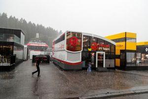 Un membro dela Team Haas F1 sotto la pioggia
