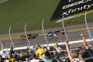 William Byron, Hendrick Motorsports, Chevrolet Camaro approaching the finish line
