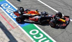 Max Verstappen, Red Bull Racing RB16, sort de son garage