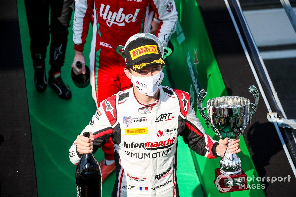 Theo Pourchaire, ART Grand Prix festeggia sul podio con lo champagne e il trofeo