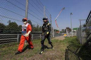 Daniel Ricciardo, Renault F1, retourne dans son garage à pied