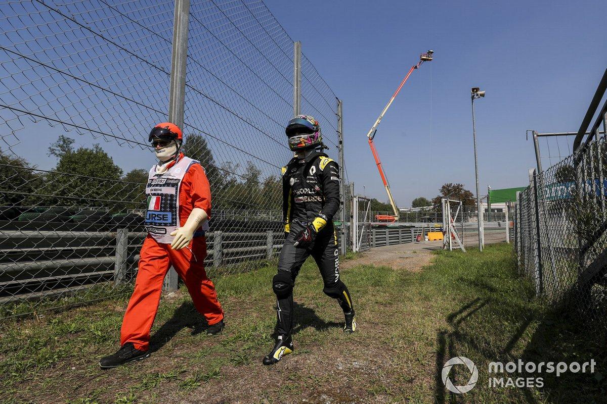 Даниэль Риккардо, Renault F1, возвращается в боксы после поломки
