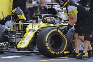 Mechanics change the tyres on the car of Daniel Ricciardo, Renault F1 Team R.S.20