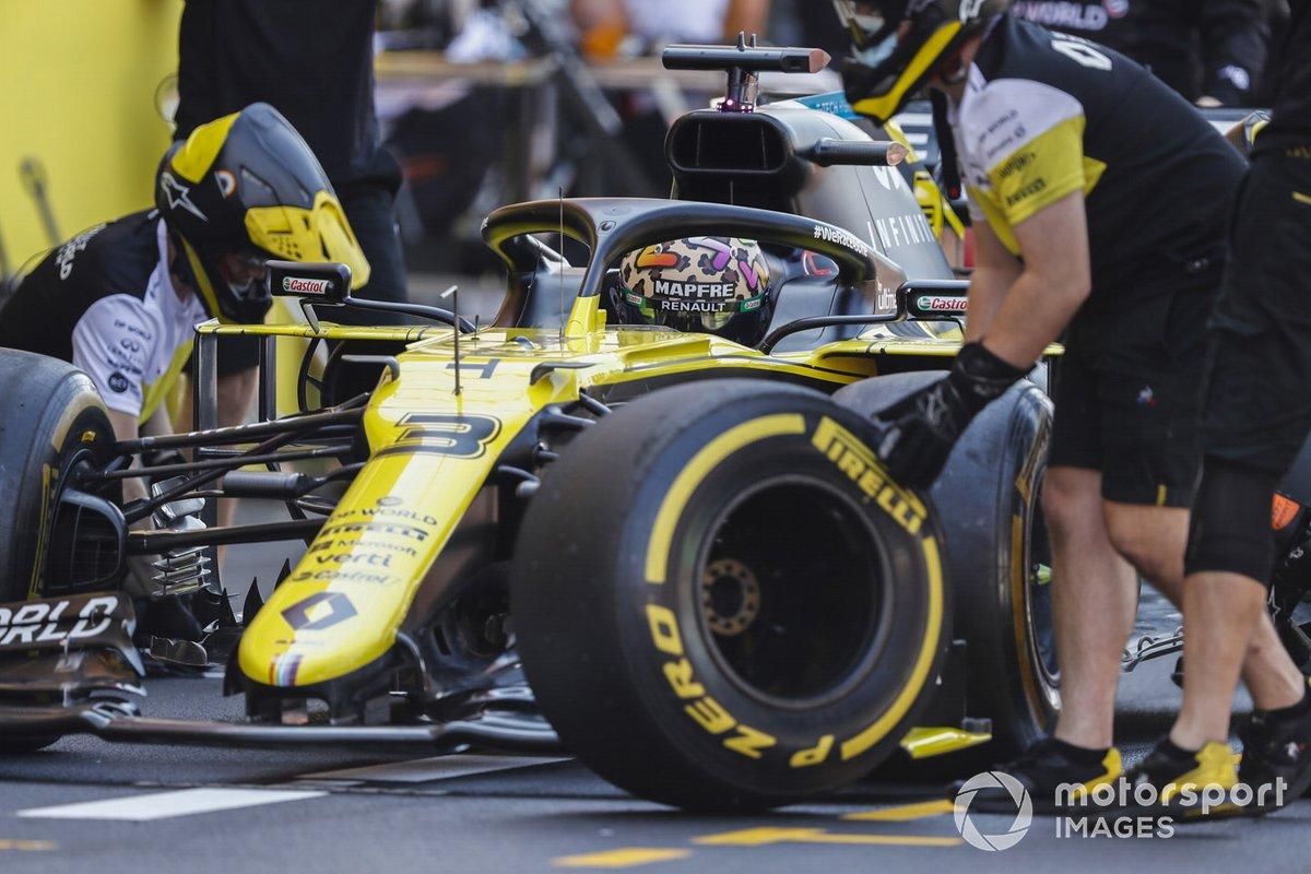 Mecánicos cambian neumáticos en el coche de Daniel Ricciardo, Renault F1 Team R.S.20