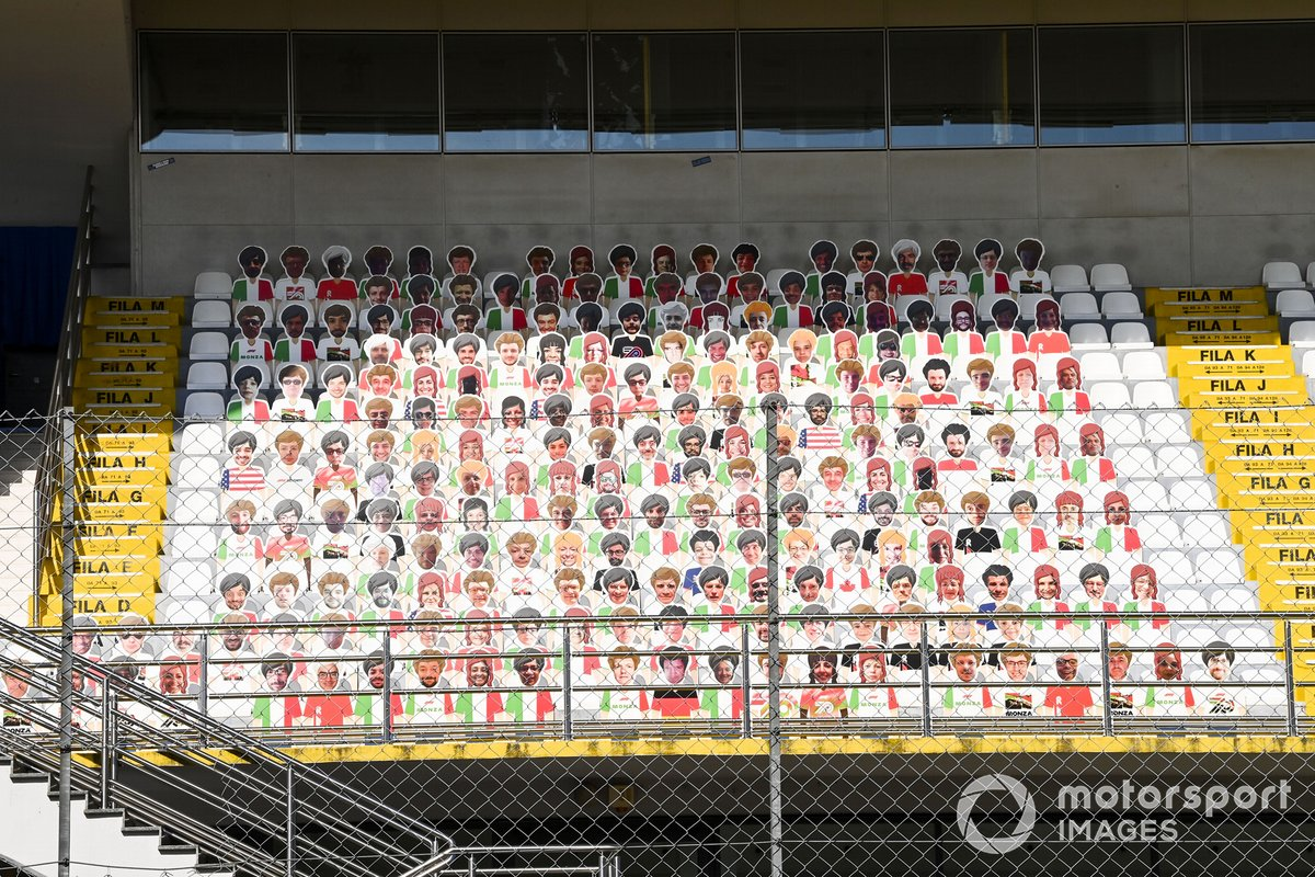 Aficionados falsos en las gradas de Monza