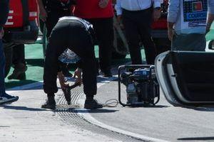 Michael Masi, Director de Carrera de la FIA, el personal de la FIA y los oficiales inspeccionan una alcantarilla antes de la calificación