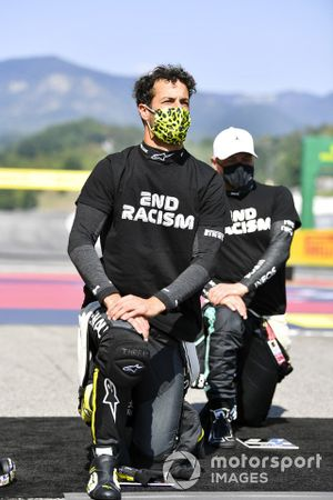 Daniel Ricciardo, Renault F1, and Valtteri Bottas, Mercedes-AMG F1, kneel in support of the End Racsim campaign prior to the start