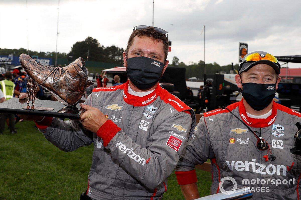 """Podio: ganador Will Power, Team Penske Chevrolet y el equipo con el trofeo """"Stomping Competitors with my Boot"""""""
