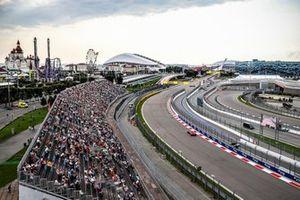 Les commissaires retirent la monoplace de Luca Ghiotto, Hitech Grand Prix après son crash avec Jack Aitken, Campos Racing