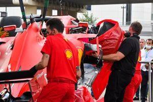 Ferrari mechanics unload the damaged car of Sebastian Vettel, Ferrari SF1000