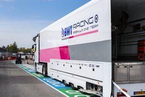 Un camión de Racing Point en pitlane