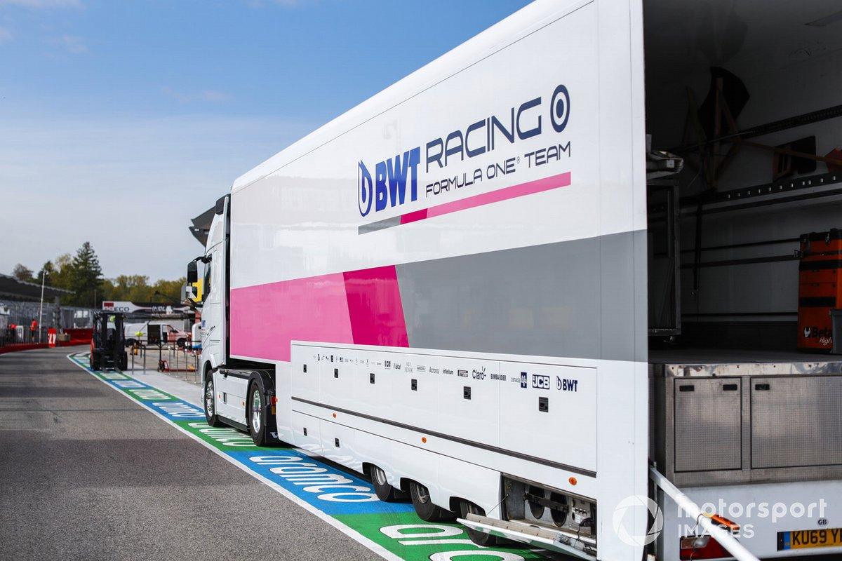Un camion Racing Point dans la voie des stands