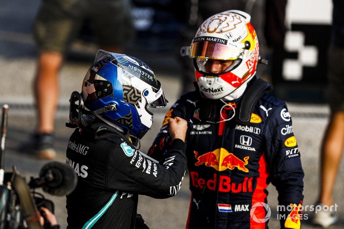 Pole Sitter Valtteri Bottas, Mercedes-AMG F1 e Max Verstappen, Red Bull Racing festeggia nel parco chiuso
