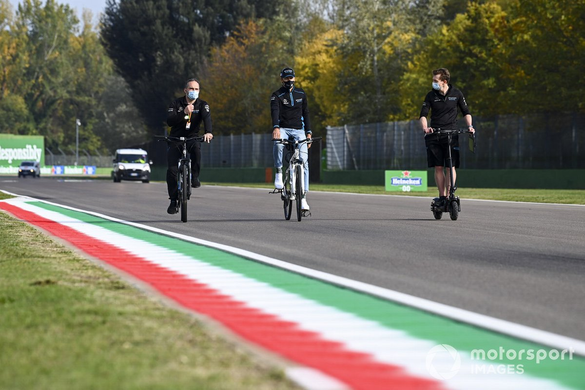 George Russell, Williams Racing, percorre la pista con i compagni di squadra