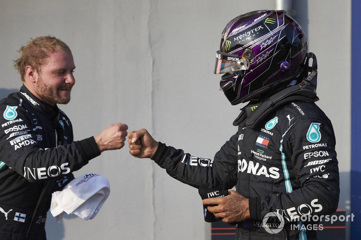 Lewis Hamilton, Mercedes-AMG F1, felicita al Ganador de la pole Valtteri Bottas, Mercedes-AMG F1 en Parc Ferme
