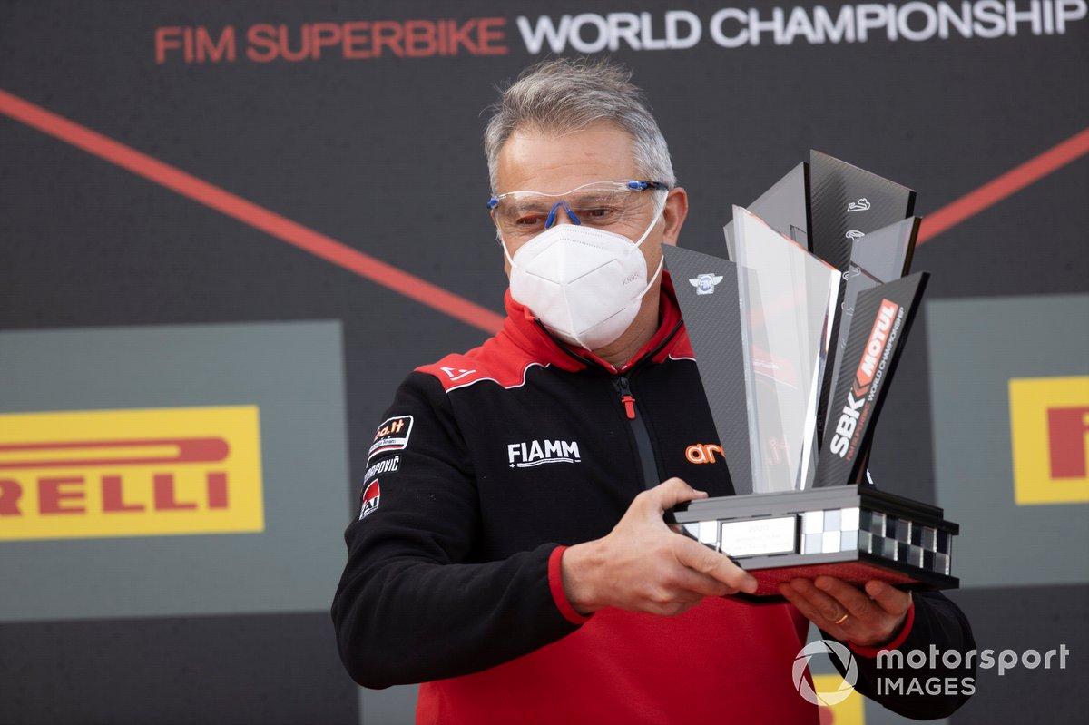 Serafino Foti riceve il trofeo per la squadra