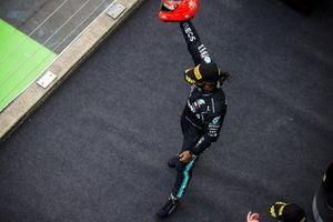 Lewis Hamilton, Mercedes-AMG F1, 1 ° posto, arriva sul podio con il casco di Michael Schumacher