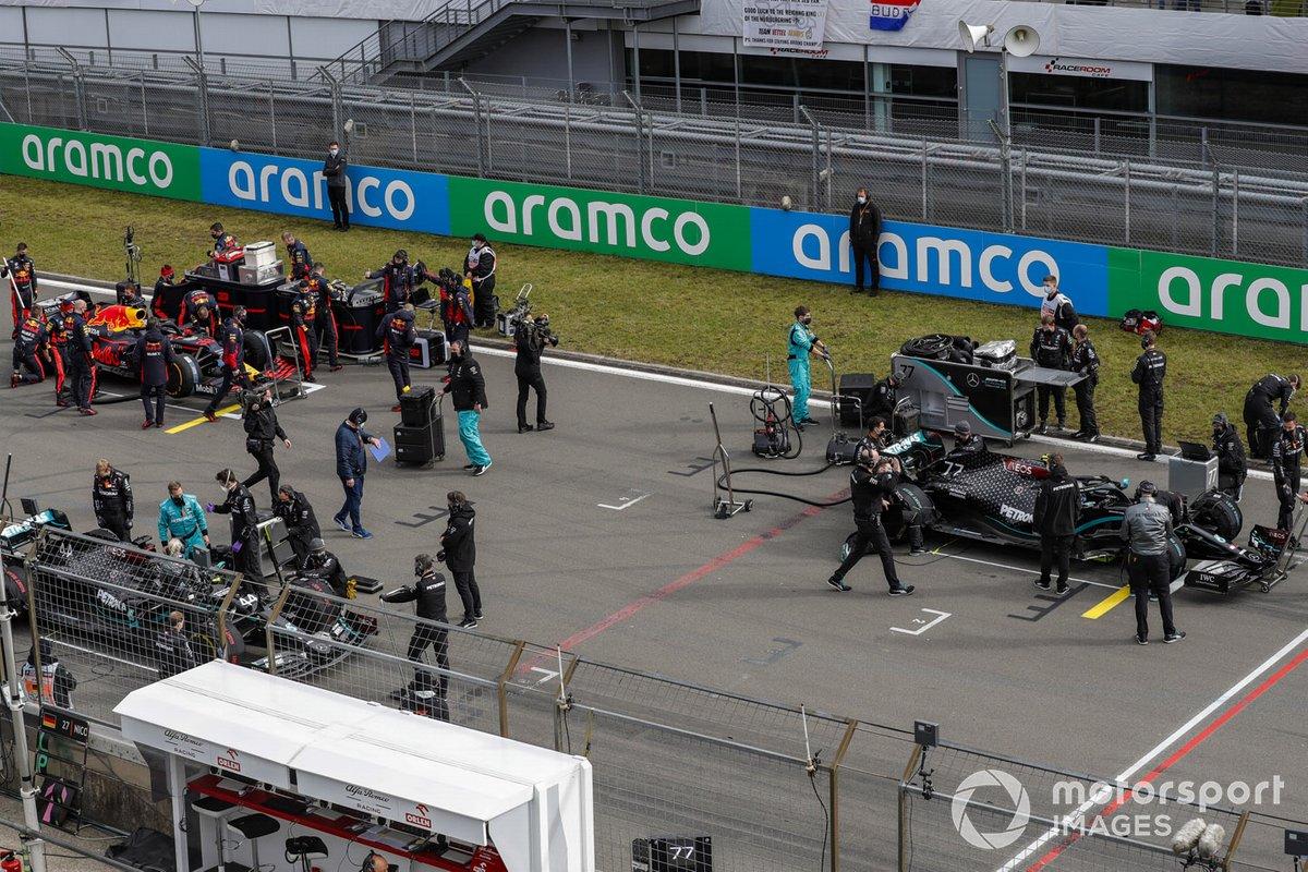 Mecánicos en la parrilla con Valtteri Bottas, Mercedes F1 W11, Lewis Hamilton, Mercedes F1 W11, y Max Verstappen, Red Bull Racing RB16