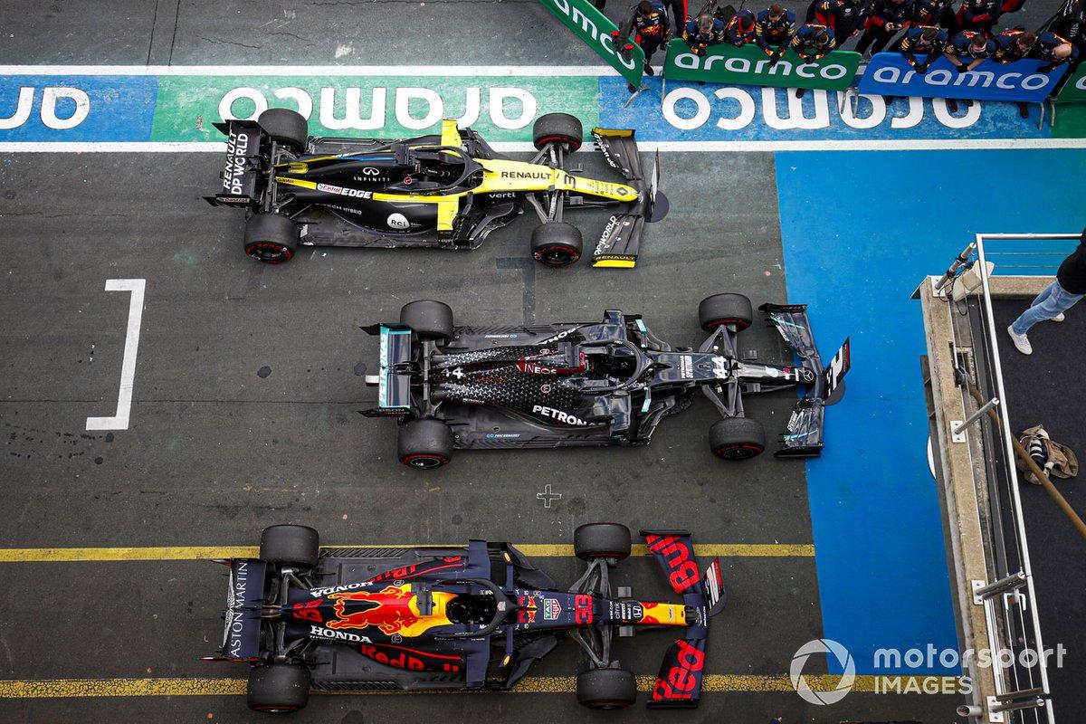 184/5000 Le vetture di Lewis Hamilton, Mercedes F1 W11, 1a posizione, Max Verstappen, Red Bull Racing RB16, 2a posizione, e Daniel Ricciardo, Renault F1 Team R.S.20, 3a posizione, nel parco chiuso