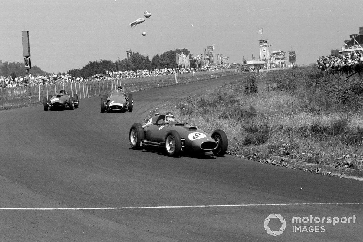 Потеряв в общей сложности больше минуты, пилот Maserati вернулся на трассу в 48 секундах позади Майка Хоторна с Питером Коллинзом…
