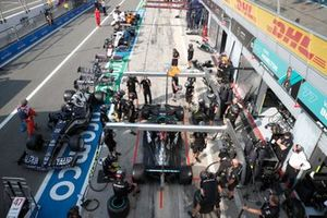Mercedes W12 pitstop practice