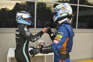 Daniel Ricciardo, McLaren, si congratula con il pole man Valtteri Bottas, Mercedes, nel Parc Ferme