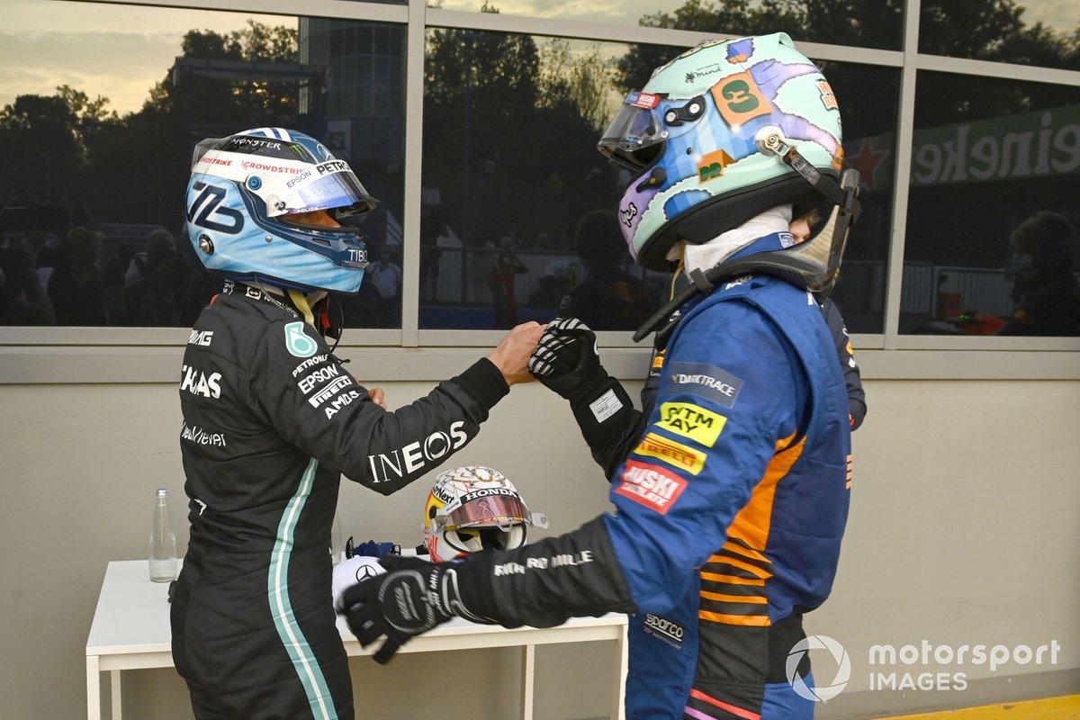 Daniel Ricciardo, McLaren, felicita a Valtteri Bottas, Mercedes, en el Parc Ferme